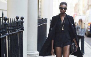 En sort bluse, fire antrekk