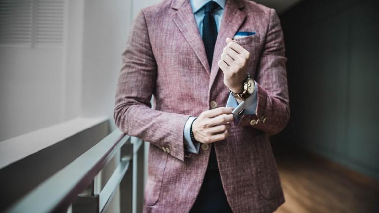 3 ulike antrekk med dress for menn