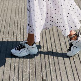Hvordan kombinere sommerkjolen med sneakers