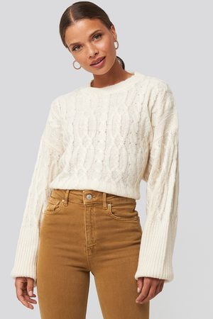 NA-KD Dame Gensere - Cropped Cable Knitted Sweater
