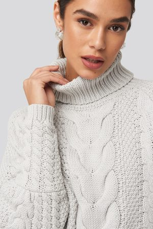 NA-KD Trend Dame Strikkegensere - High Neck Cable Knitted Ribbed Sleeve Sweater