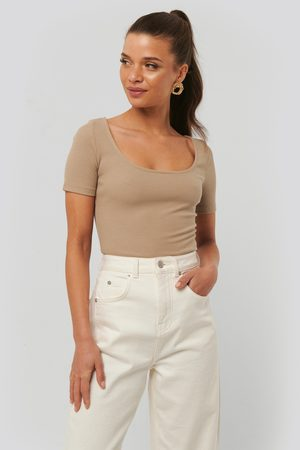 NA-KD Dame Topper - Ribbed Short Sleeve Top