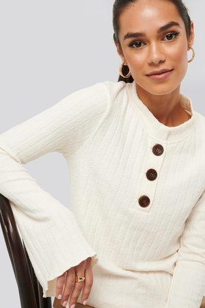 NA-KD Dame Strikkegensere - Asymmetric Bell Sleeve Ribbed Sweater
