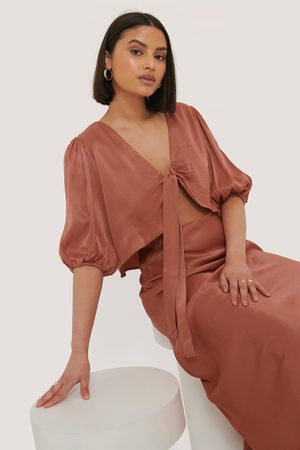 Taraneh x NA-KD Dame Topper - Puff Sleeve Front Bow Top