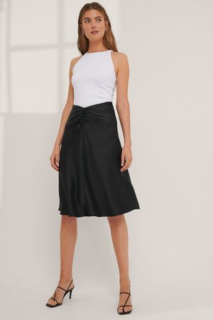 Mathilde Gøhler x NA-KD Dame Midiskjørt - V-shaped Satin Skirt