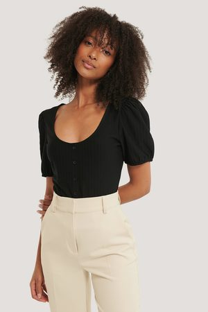 NA-KD Dame Topper - Ribbed Puff Sleeve Button Top
