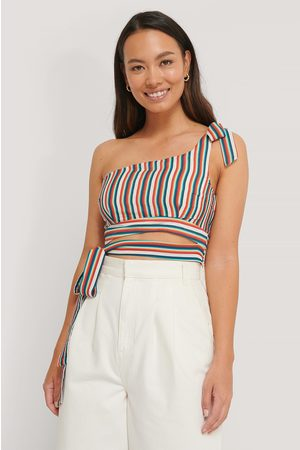 The Fashion Fraction x NA-KD Dame Topper - One Shoulder Tie Top