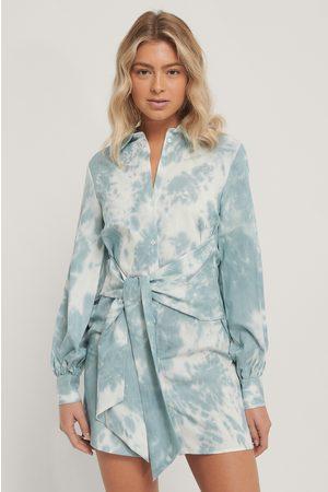 Isha Van Dijk x NA-KD Dame Hverdagskjoler - Front Knot Shirt Dress