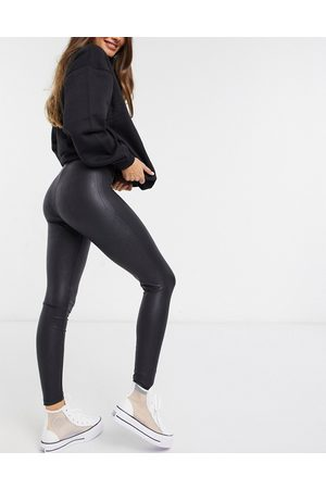 Pieces Shiny leather look leggings in black