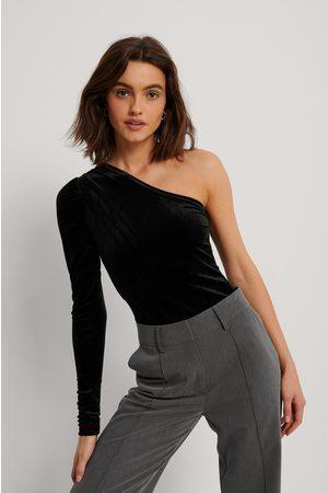 NA-KD Dame Topper - One Shoulder Velvet Top