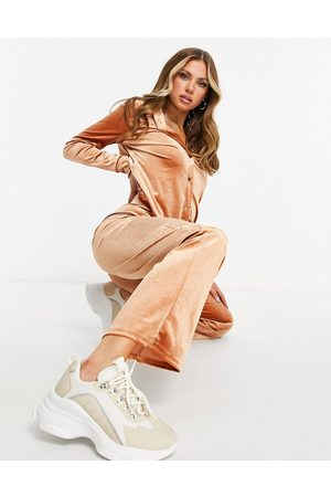 Moda Minx Dame Joggebukser - Velour oversized shirt and wide leg jogger set in toffee-Tan