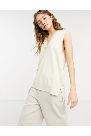 New Look V neck knitted vest in cream