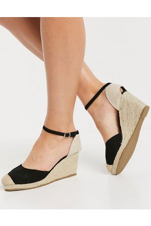 Truffle Collection Closed toe wedges in black