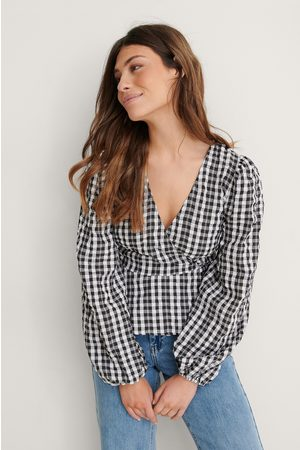 Louise Madsen x NA-KD Dame Bluser - Rutete Omslagsbluse