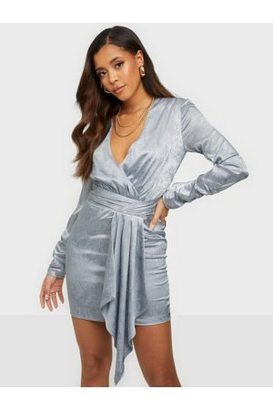 NLY Trend Twisted Front Drapy Dress