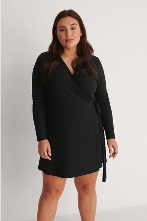 NA-KD Dame Korte kjoler - Omslagskjole Med Knytting I Livet