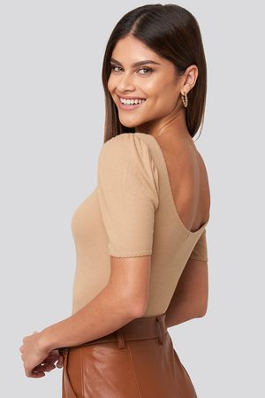 NA-KD Dame Topper - Deep Back Puff Sleeve Top