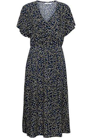 Moss Copenhagen Dame Strandkjoler - Karna Beach Ss Dress Aop Knelang Kjole Svart