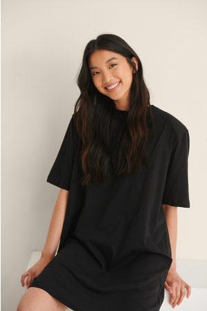 NA-KD Trend Organisk T-Skjortekjole Med Polstret Skulder