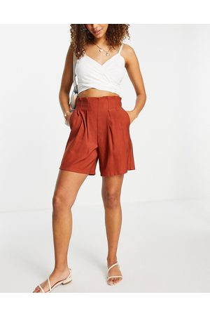 Pieces Dame Shorts - Tailored shorts with pleats in rust-Orange