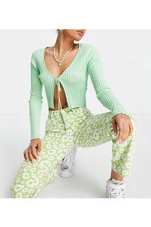 ASOS ASOS DESIGN Petite mid rise '90's' straight leg daisy print jean in green-Multi