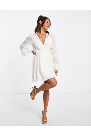 ASOS Dame Selskapskjoler - Lace insert wrap mini dress in dobby in cream-White