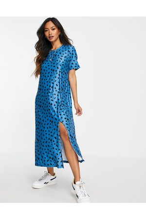 Urban Threads Midi t-shirt dress in blue splodge print-White