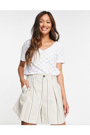 VILA Dame Kortermede - Recycled blend v neck broderie short sleeve t shirt in white