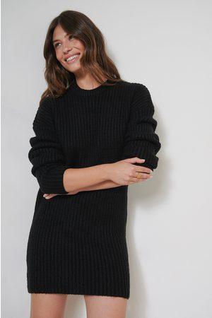 Charelle x NA-KD Dame Strikkede kjoler - Strikkekjole Med Nedfelt Skulder