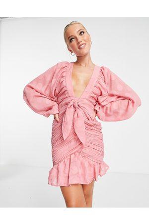 ASOS DESIGN Dame Selskapskjoler - Tie front ruched mini dress in spot jacquard in sage-Pink