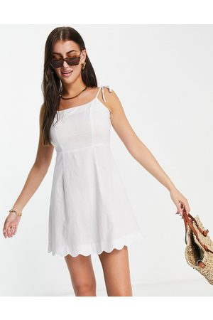 Fashion Union Dame Hverdagskjoler - Mini square neck fitted beach dress with scallop trim in white