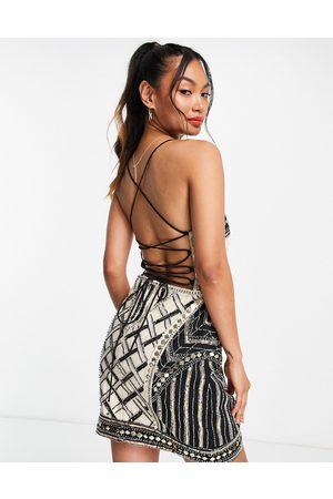 ASOS DESIGN Dame Selskapskjoler - Lace up back structured mini dress with embellishment-White