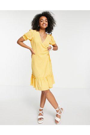 JDY Dame Hverdagskjoler - Ruffle wrap dress in yellow polka dot
