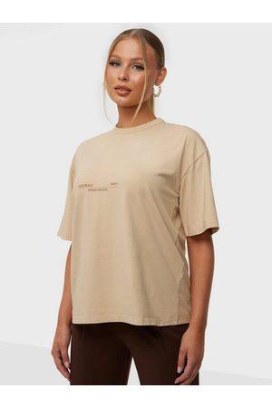 Public Desire Dame Kortermede - Neautral Acid Wash Slogan Oversized T-Shirt