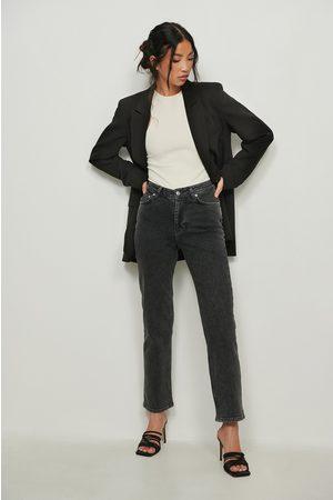 NA-KD Rette jeans med v-form i livet