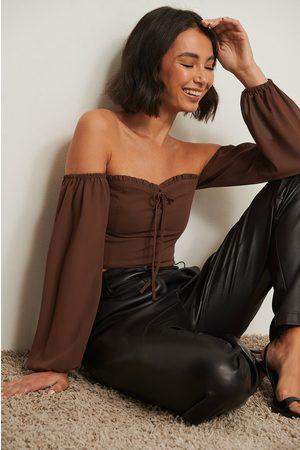 NA-KD Resirkulert bluse uten skulder med knytedetaljer