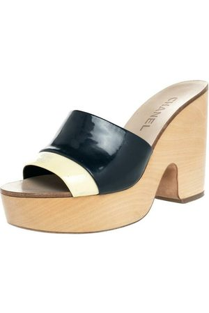 CHANEL Dame Tresko - Pre-owned Patent Leather CC Wooden Clogs Sandals