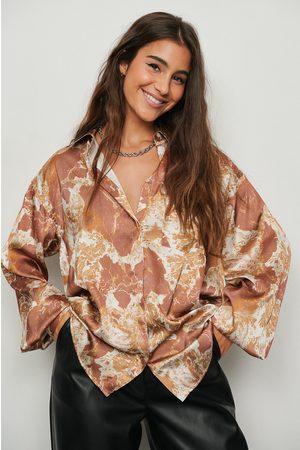 NA-KD Dame Bluser - Resirkulert skjorte i sateng med trykk