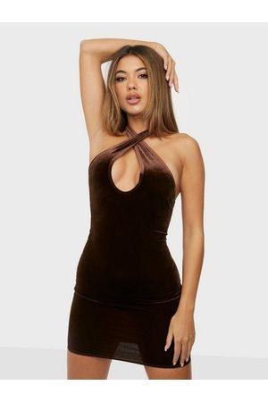 NLY Dame Festkjoler - Twist Neck Velvet Dress